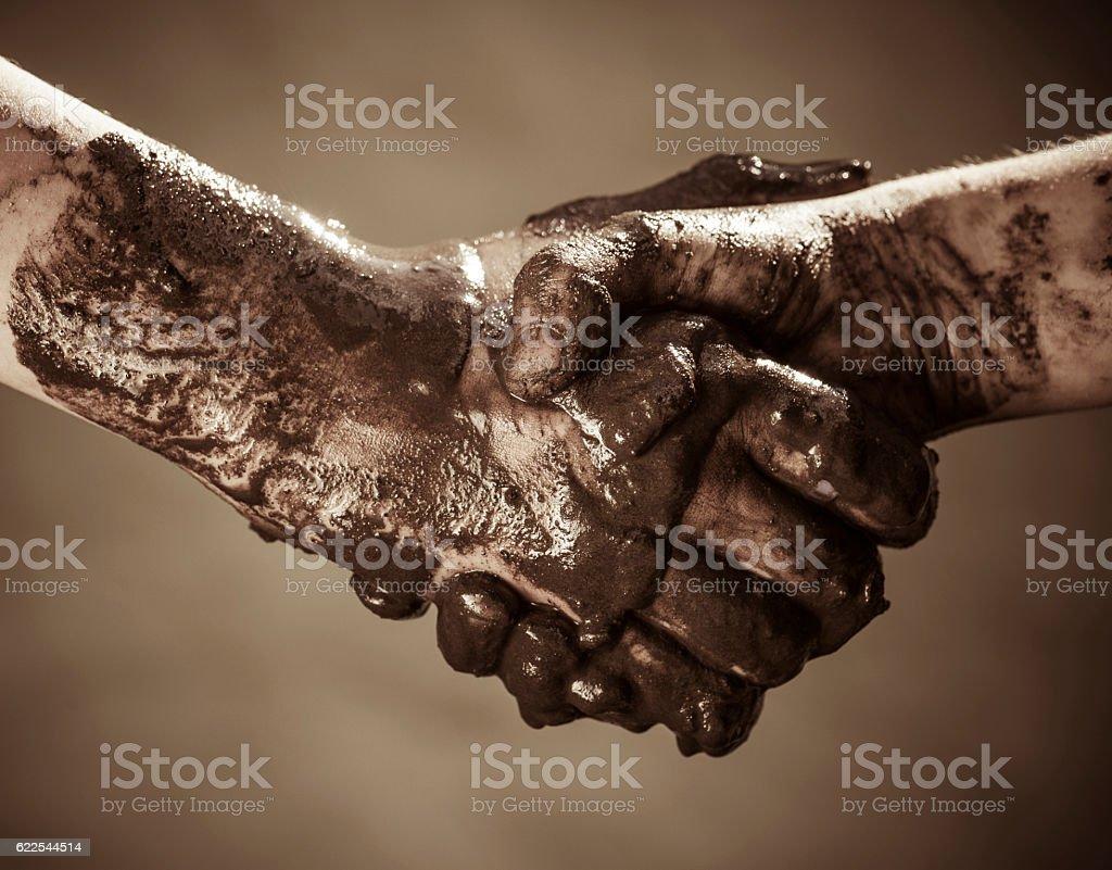 dirty hands, a handshake. – Foto