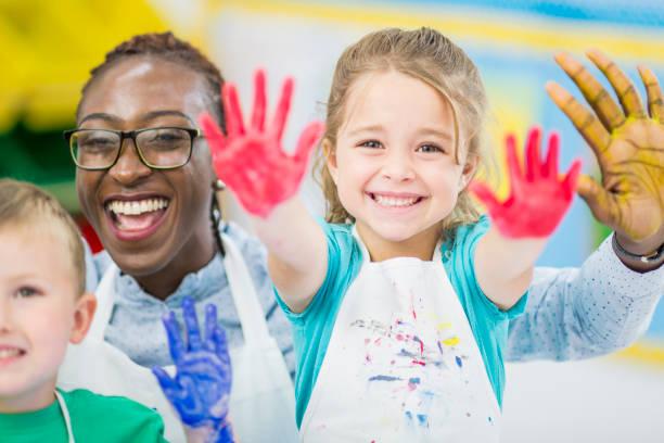 schmutzige hände - fingerfarben stock-fotos und bilder
