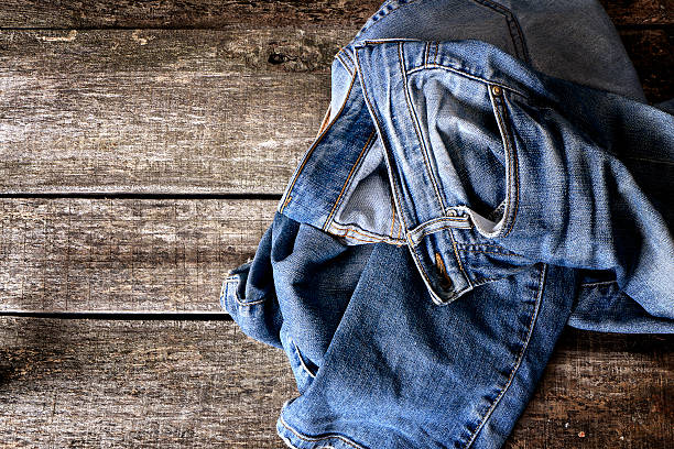 Dirty jeans auf dem Boden – Foto