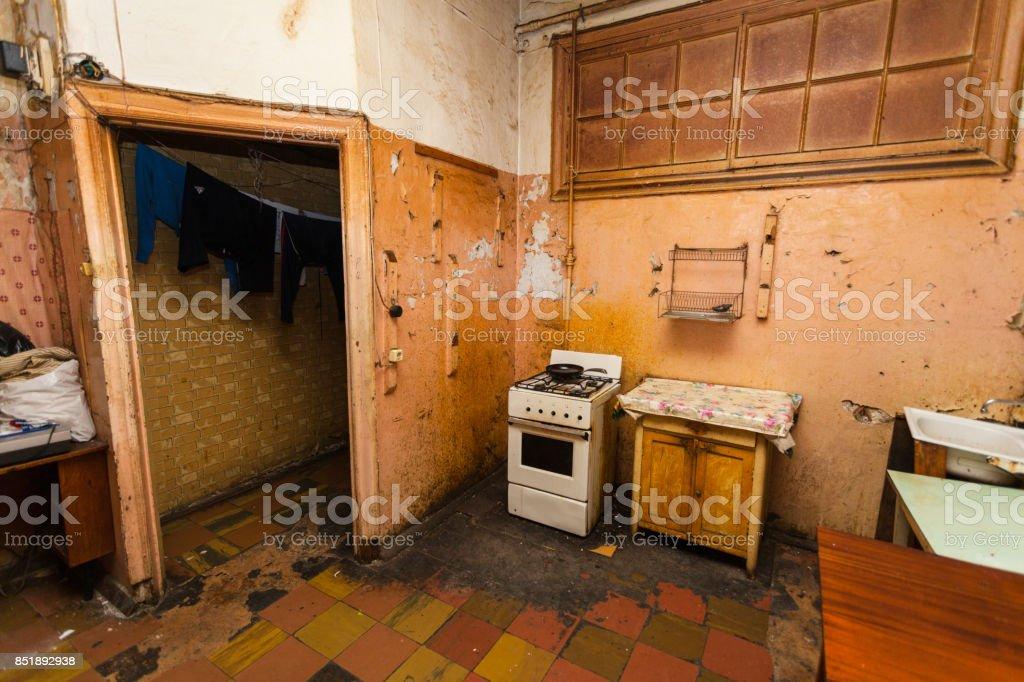Schmutzige Küche ist in der temporären Wohnung für Flüchtlinge leben (Existenz) – Foto