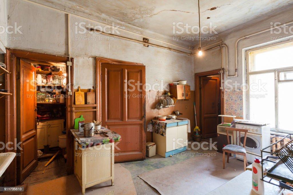 Schmutzige Küche mit Möbel und Gas Öfen ist in der Wohnung für Wohnen auf Zeit (Existenz) Flüchtlinge, die gezwungen waren, zu migrieren und aus anderen Ländern auszuwandern. – Foto