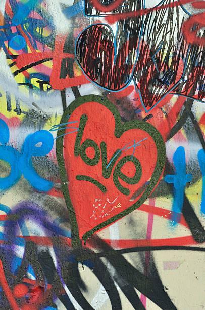 dirty liebe graffiti städtischen hintergrund - sprüche für die liebe stock-fotos und bilder