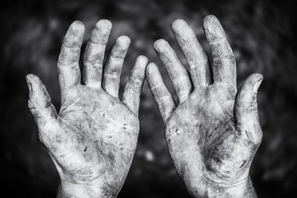 mãos sujas de machos depois de duro trabalho físico em uma foto preto e branco - esforço - fotografias e filmes do acervo