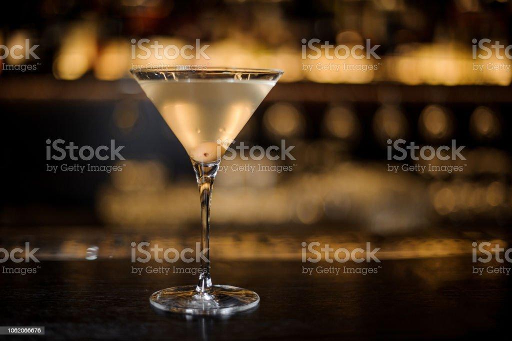 Dirty Martini cocktail mit einer Olive im Glas – Foto