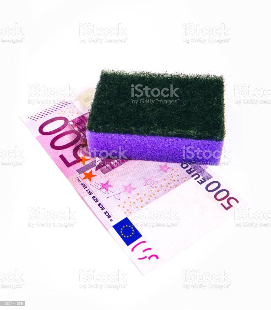 Argent sale lavage linge, notion de corruption. Argent euro nettoyage avec une éponge de lavage. - Photo de Activité bancaire libre de droits