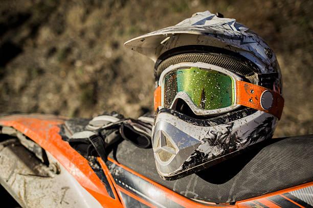 brudny motocykl motocross kask z gogle - kask sportowy zdjęcia i obrazy z banku zdjęć