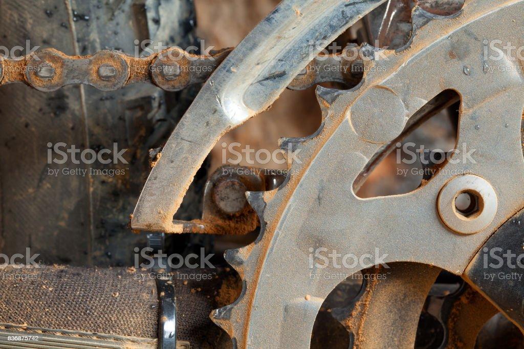 Derailleur de la bicicleta de montaña sucio y plato - foto de stock