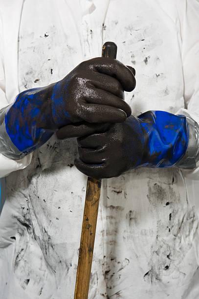 dirty oil spill reinigen arbeiter - arbeitshandschuhe stock-fotos und bilder