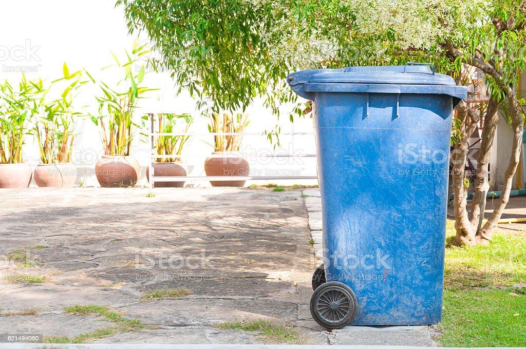 dirty old blue bin with wheel  in the park Lizenzfreies stock-foto