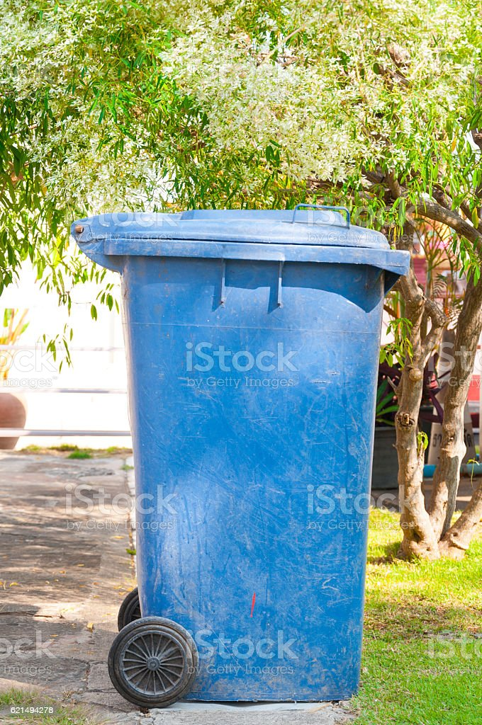 dirty old blue bin with wheel  in the park photo libre de droits