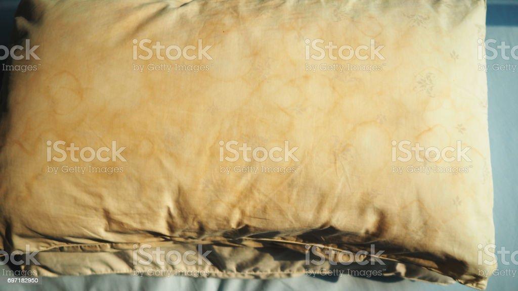 tache jaune oreiller Oreiller Sale Avec La Couleur Jaune Et Brune Pâle De Salive Tache  tache jaune oreiller