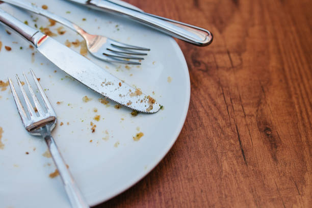 smutsiga tallrik. tom tallrik efter att ha ätit plats på träbord i kafé. - tallrik uppätet bildbanksfoton och bilder