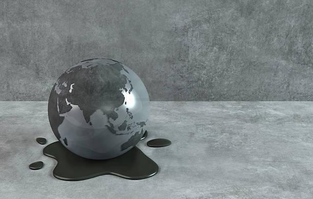 Dirty verschmutzt Erde Globus, Öl Wasser: Dunkle Weltkarte im Hintergrund – Foto