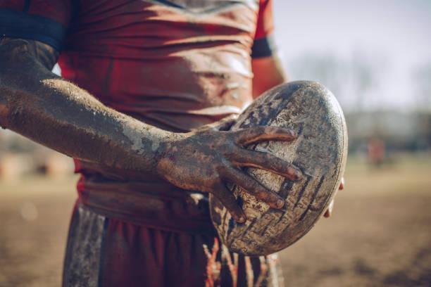 jugador de rugby sucio - rugby fotografías e imágenes de stock