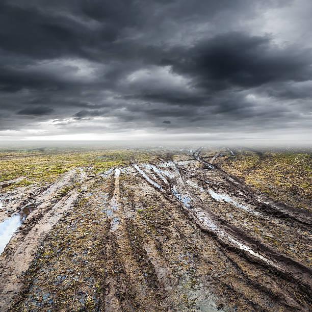 sujo a estrada rural é ideal e com lama - estrada em terra batida - fotografias e filmes do acervo