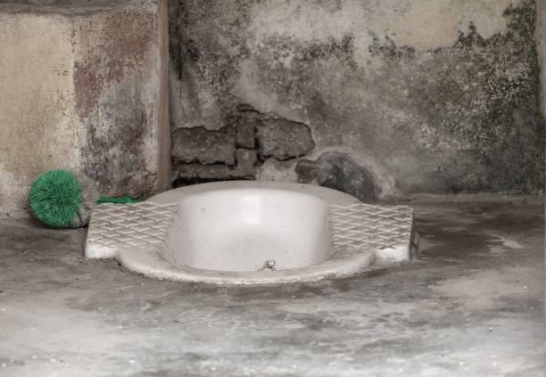schmutzige gedrungenen typ wc mit textfreiraum für text hinzufügen - bindewörter stock-fotos und bilder