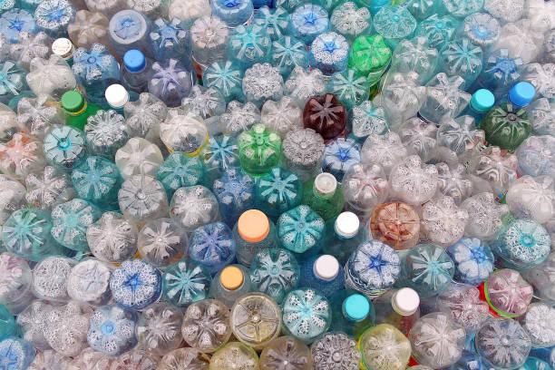 Sucio, utiliza pila de botellas de plástico color - foto de stock