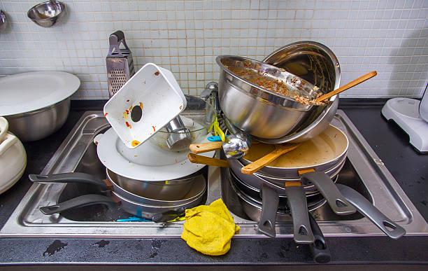 dirty und backzubehör auf der küche - unhygienisch stock-fotos und bilder
