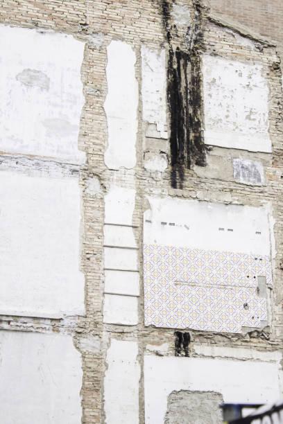 schmutzige wandaufbau - fliesen verlegen stock-fotos und bilder