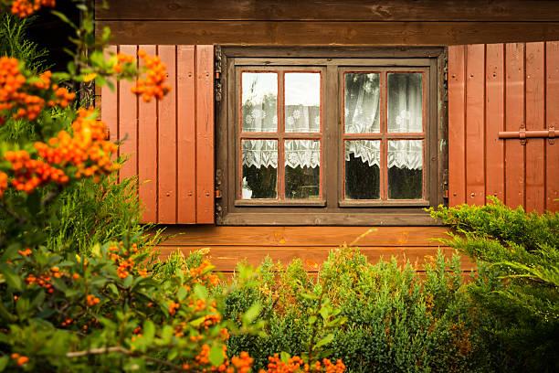 Brudne okna i rolety w drewnianym domu – zdjęcie