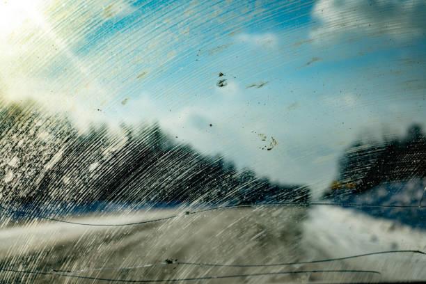 coche de parabrisas sucio - foto de stock