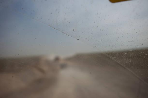 schmutziges auto windschutzscheibe mit dem lauf bei hoher kontaminierten region - dampfreiniger fenster stock-fotos und bilder