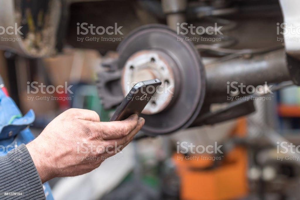 Schmutzige Arbeiter Hände benutzen eine smarthphone – Foto