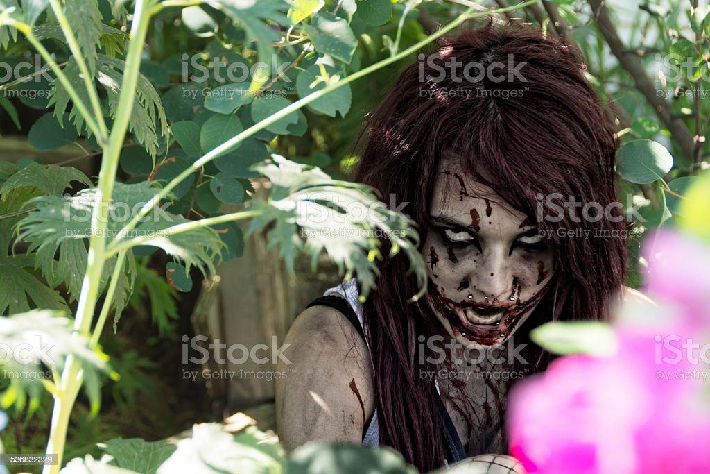 Dirty Zombie Mädchen Verstecken Im Garten Knurren Leicht Entsättigt