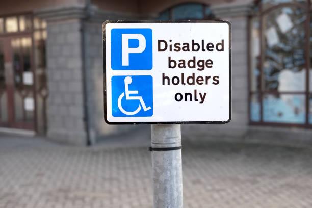 insignia de movilidad titulares sólo signo de aparcamiento en parking en tiendas - insignia símbolo fotografías e imágenes de stock