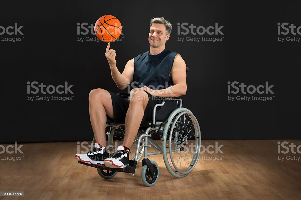Discapacitados Spinning bola jugador de baloncesto - foto de stock