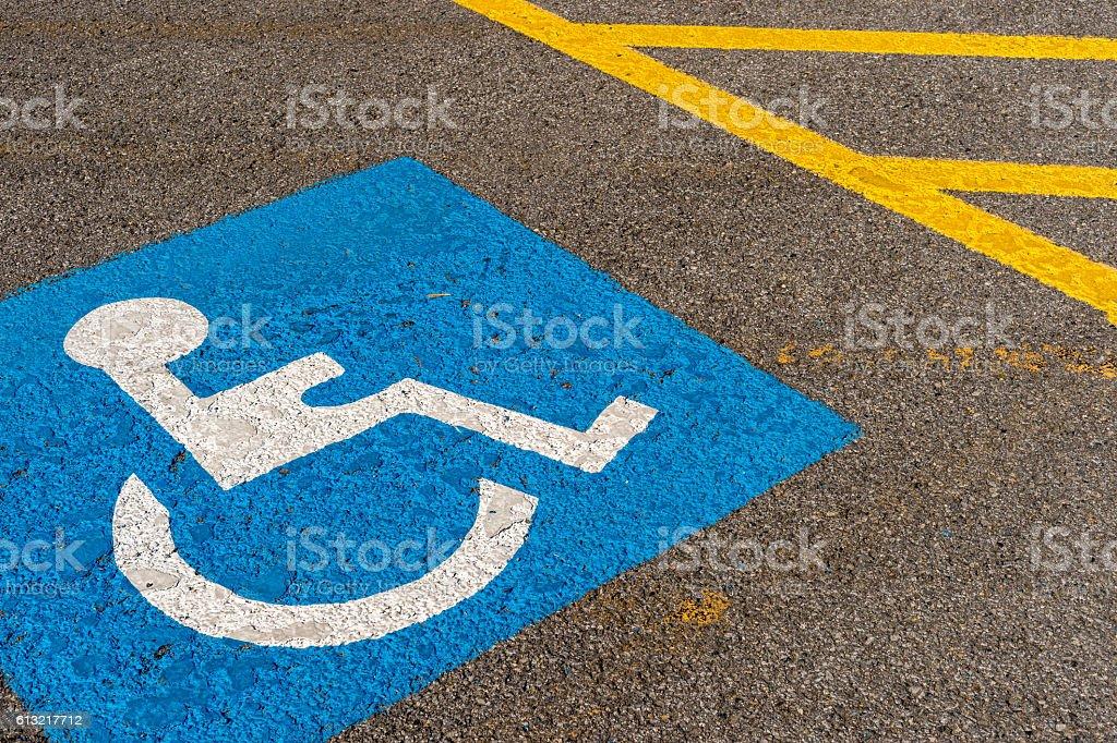 disabled blue parking sign painted on dark asphalt in Canada – Foto