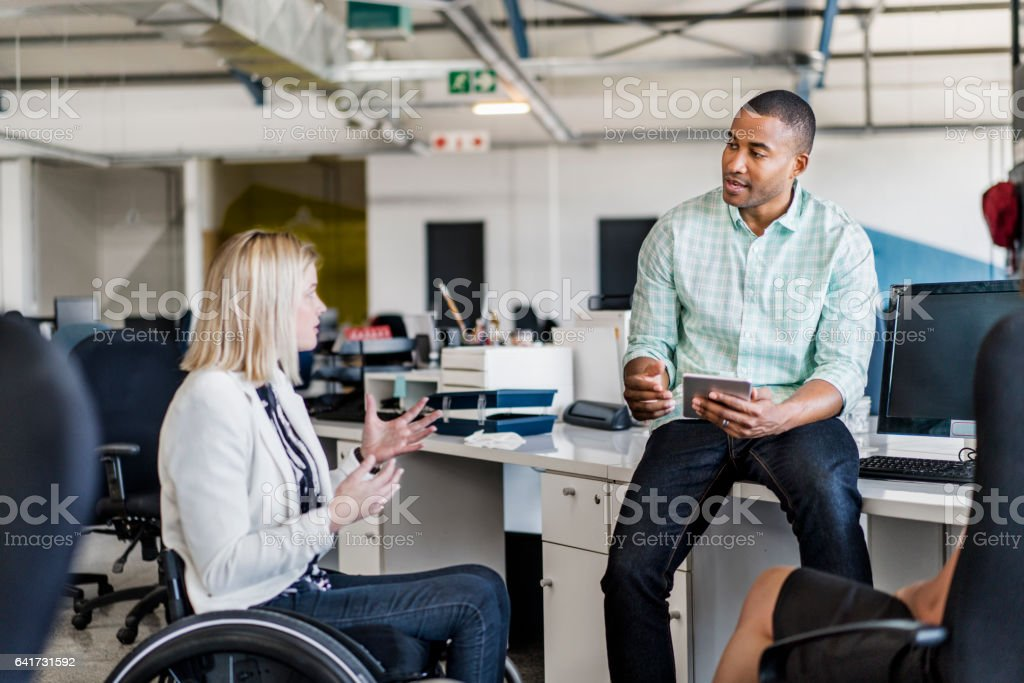 Deaktivierte Geschäftsfrau Austausch mit Kollegen – Foto