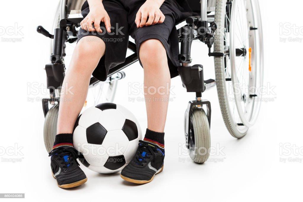 Behindertes Kind Junge sitzt im Rollstuhl mit Fußball ball – Foto
