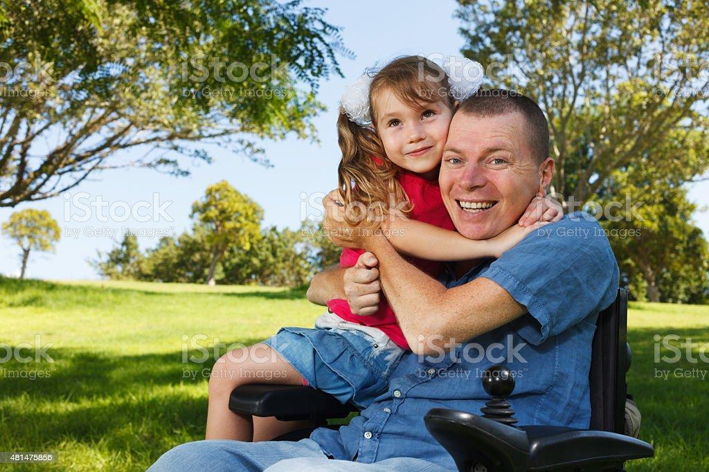 Padre con hija divertirse con discapacidades - foto de stock