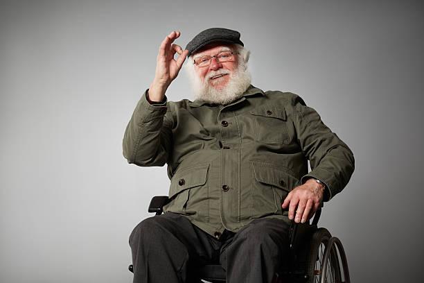 Barrierefreie ältere Mann auf Rollstuhl Gestikulieren ok sign – Foto