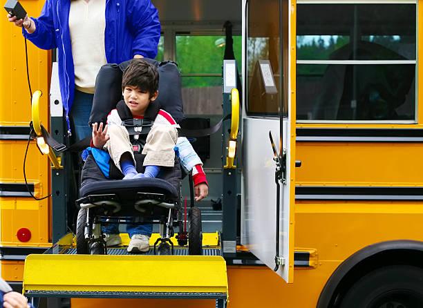 discapacitados cinco años viejo niño utilizando un wheelchairbus ascensor - autobuses escolares fotografías e imágenes de stock