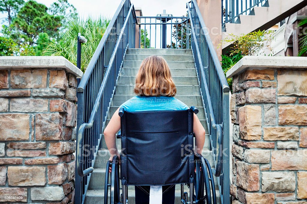 Behinderte Frau im Rollstuhl am Ende der Treppe – Foto