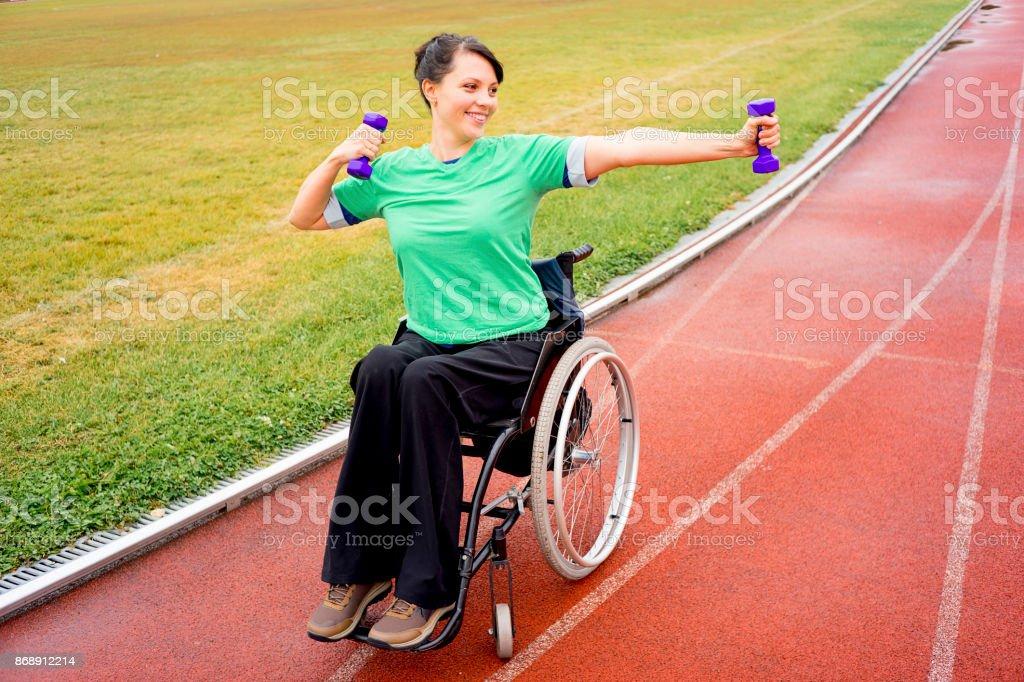 Behindertes Mädchen auf einem Stadion – Foto