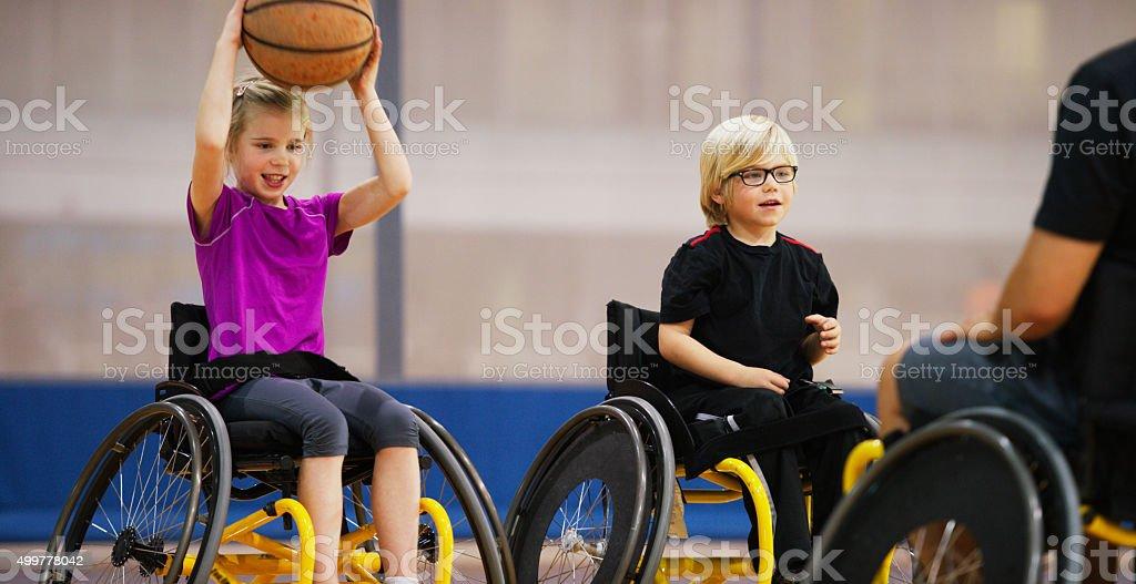 Chica pasar una de básquetbol para personas con discapacidades - foto de stock