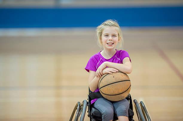 ragazza giocando a basket per disabili - sedia a rotelle foto e immagini stock
