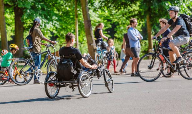 homme handicapé sur le vélo de handbike spécial - sports en fauteuil roulant photos et images de collection