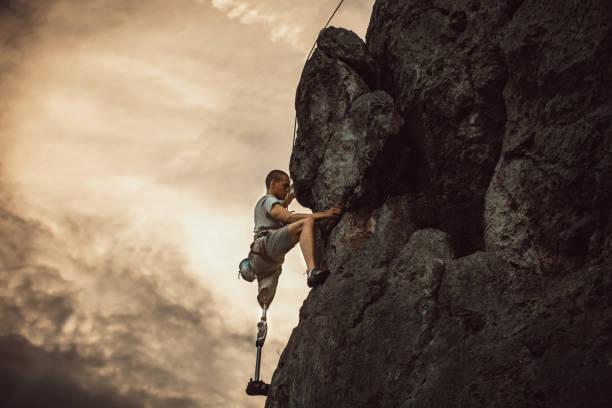 handikappade mannen bergsklättring - protesutrustning bildbanksfoton och bilder