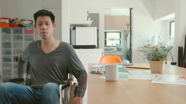 Behinderter Mann sitzt zu Hause im Rollstuhl – Foto