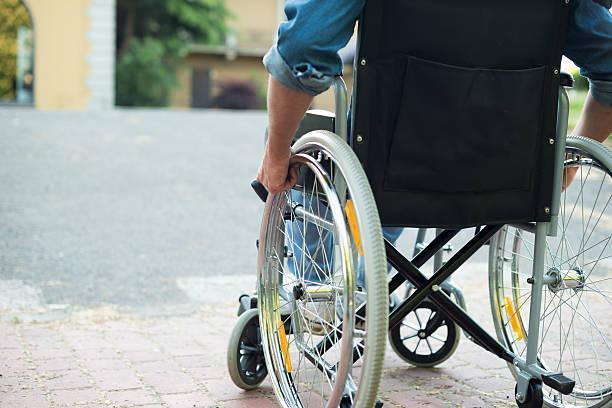 Behinderten Mann versucht, sich auf eine Abfahrt – Foto