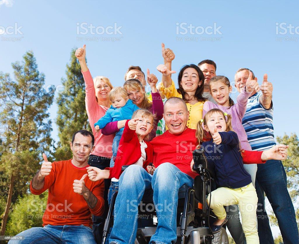 Behinderte Mann mit der Familie im Freien. – Foto