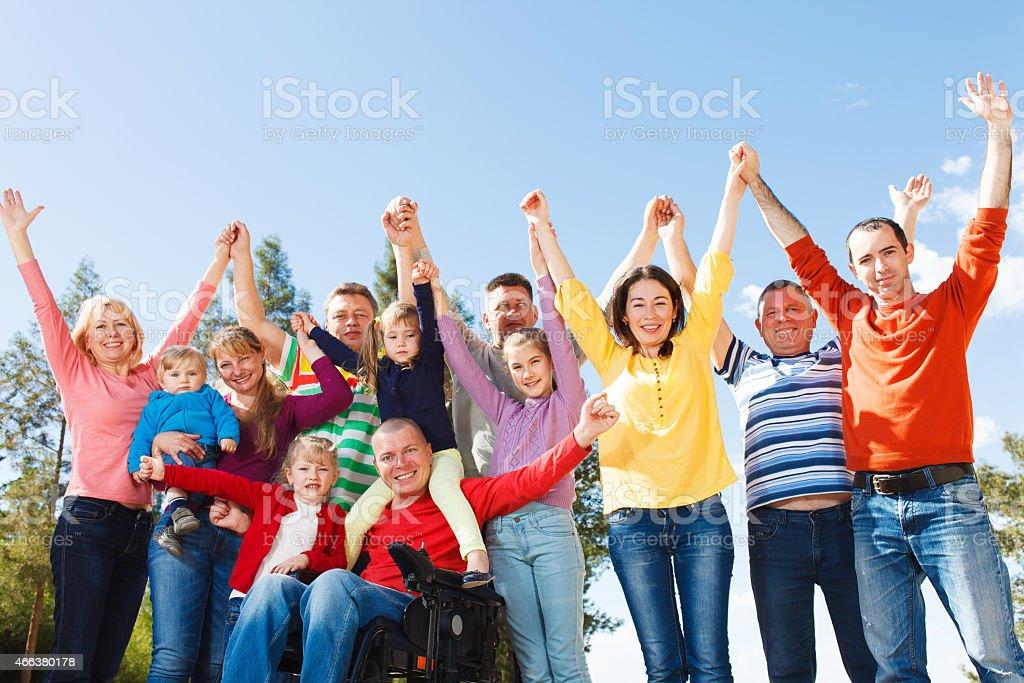 Behinderte Mann mit Gruppe von Personen – Foto