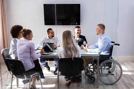 Gerente De Movilidad Sentado Con Sus Compañeros Foto de stock y más banco de imágenes de Adulto