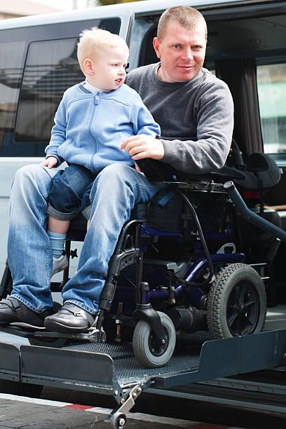 Behinderte Mann mit Sohn auf Rollstuhllift – Foto