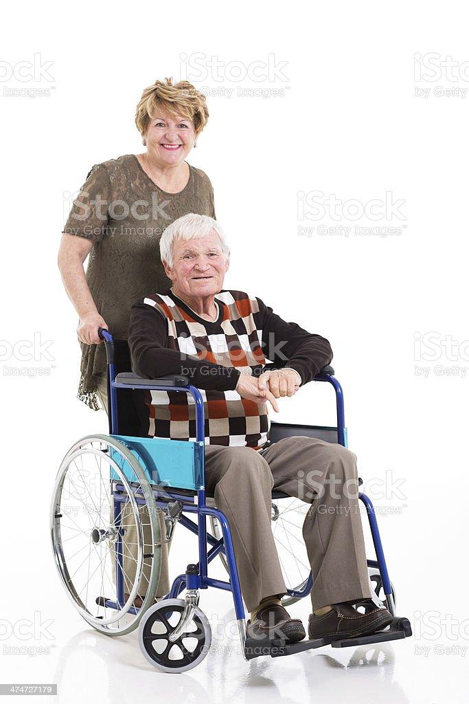 Hombre discapacitado en silla de ruedas, sala de estar, con personal amable mujer - foto de stock