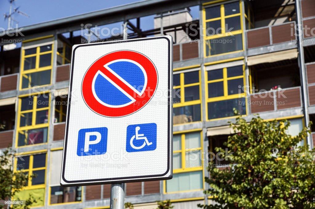 Engelli park yeri ve tekerlekli sandalye yolu işaret ve semboller üzerinde bir kutup uyarı motorlu - Royalty-free Asfalt Stok görsel